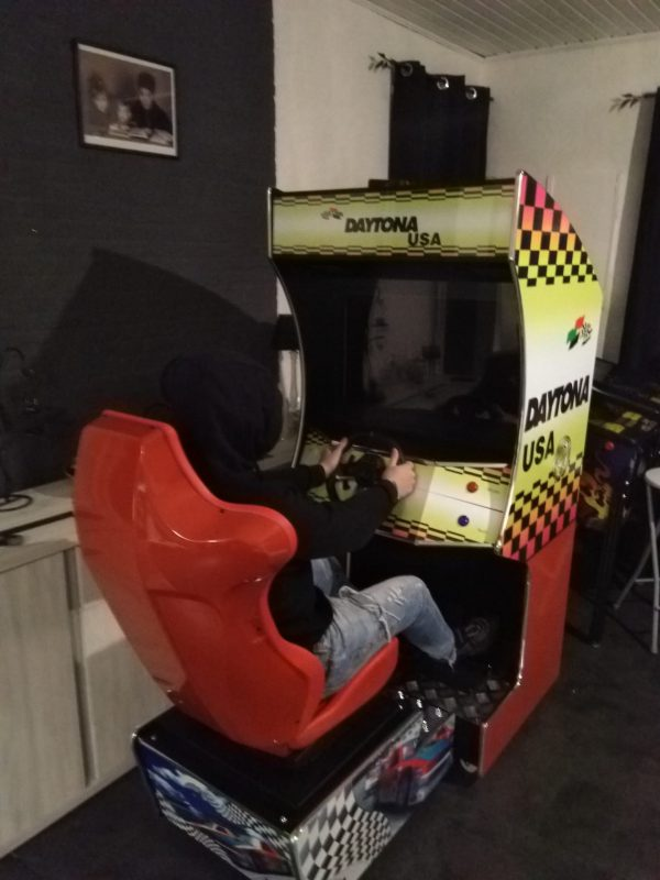Arcade racing-machine met stoel